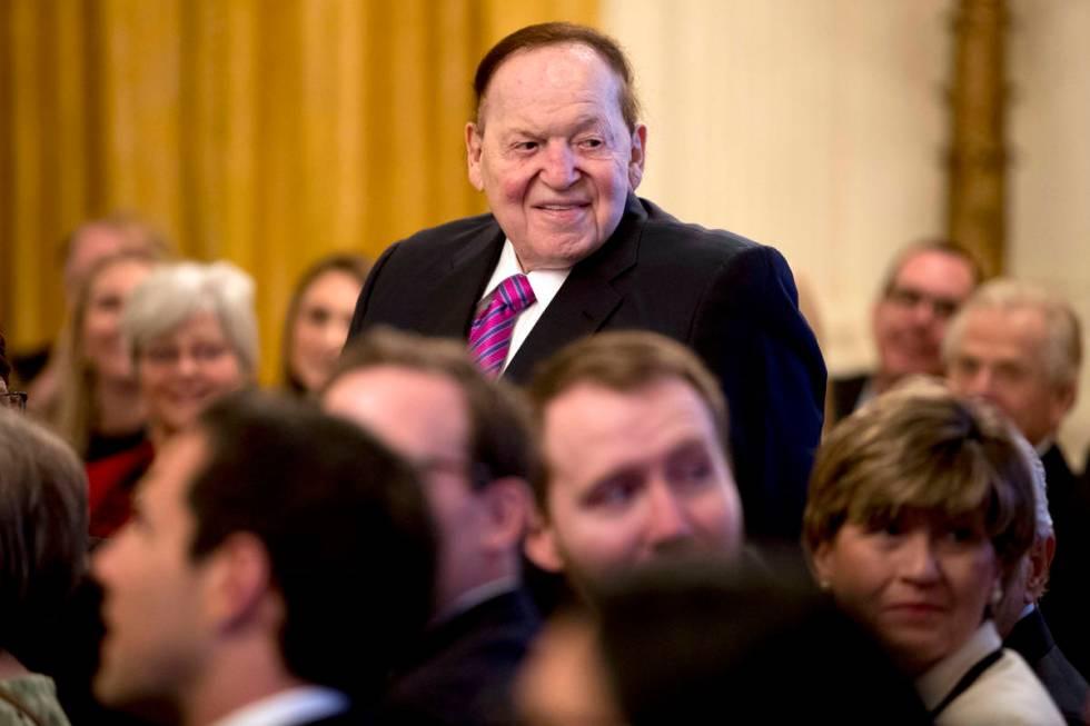 El presidente y director general de Las Vegas Sands Corp., Sheldon Adelson, se pone de pie mien ...