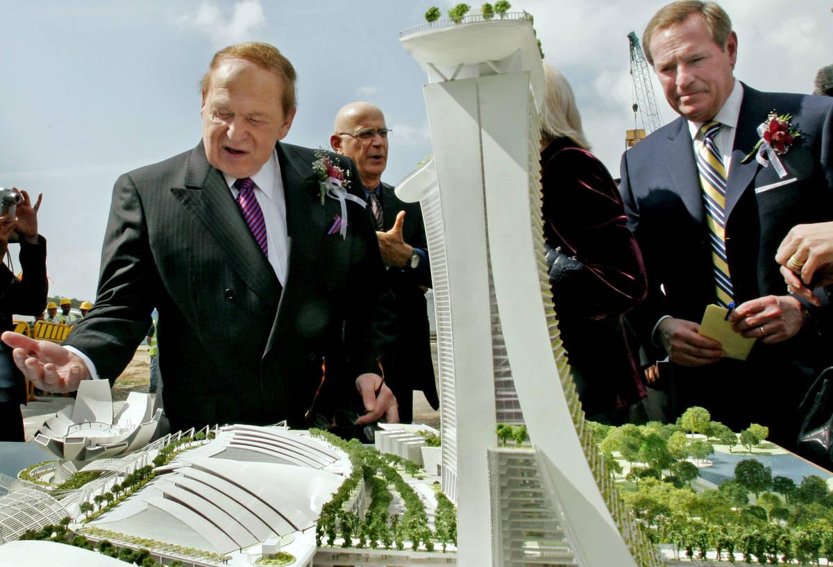 El presidente y director general de Las Vegas Sands Corp., Sheldon Adelson, izquierda, y Bill W ...