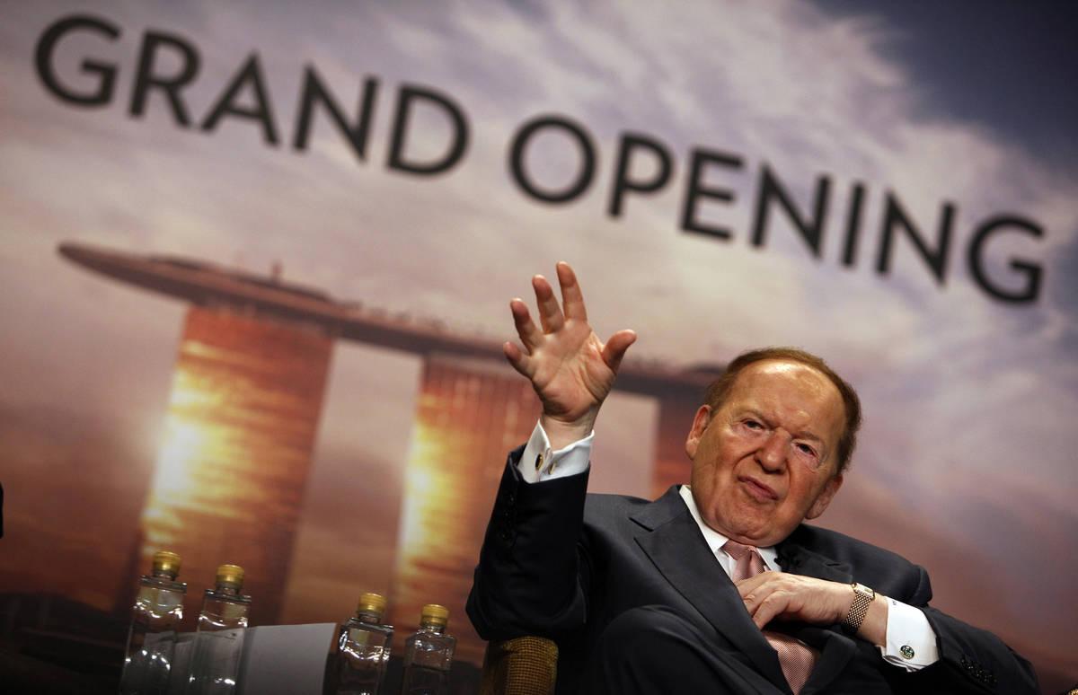 El presidente y director general de Las Vegas Sands Corp., Sheldon Adelson, se dirige a los med ...