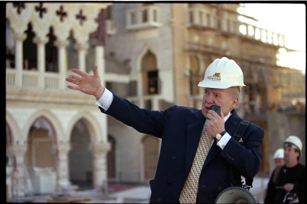 El presidente y director general de Las Vegas Sands Corp., Sheldon Adelson dirige a los medios ...