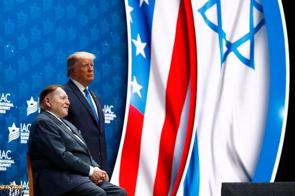 El presidente Donald Trump y el presidente y director ejecutivo de Las Vegas Sands Corp., Sheld ...