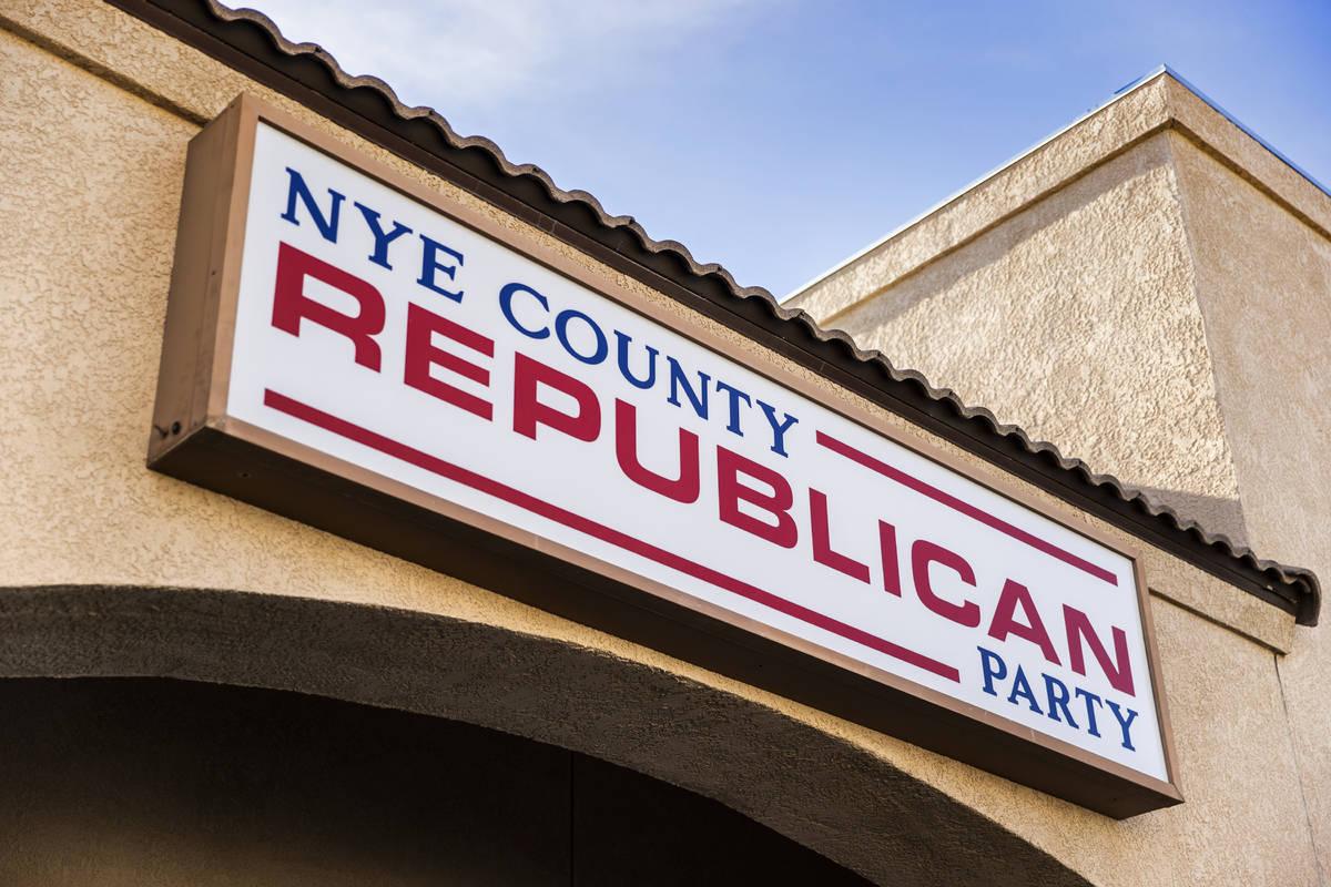 Letreros fuera de la oficina del Comité Central Republicano del Condado Nye el lunes, 11 de en ...