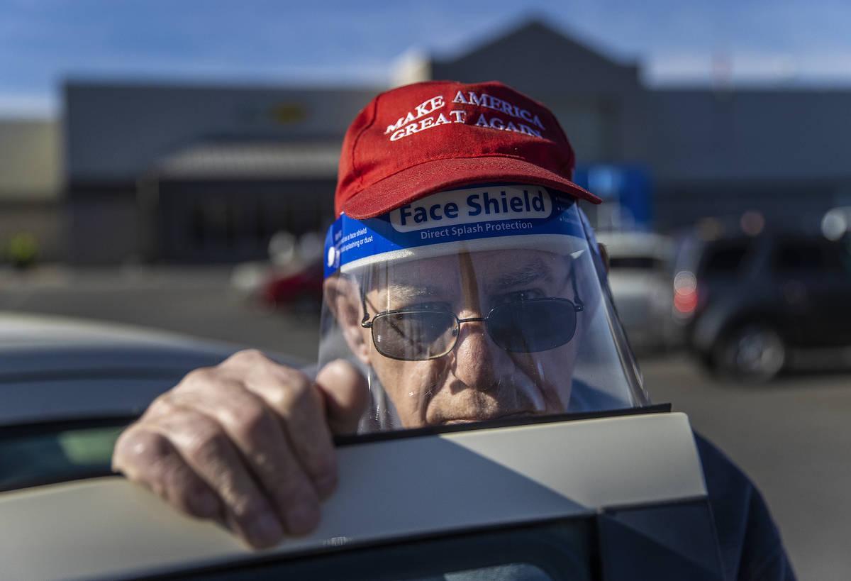 Michael Butler, partidario del presidente Trump, en las afueras del Walmart Supercenter el lune ...