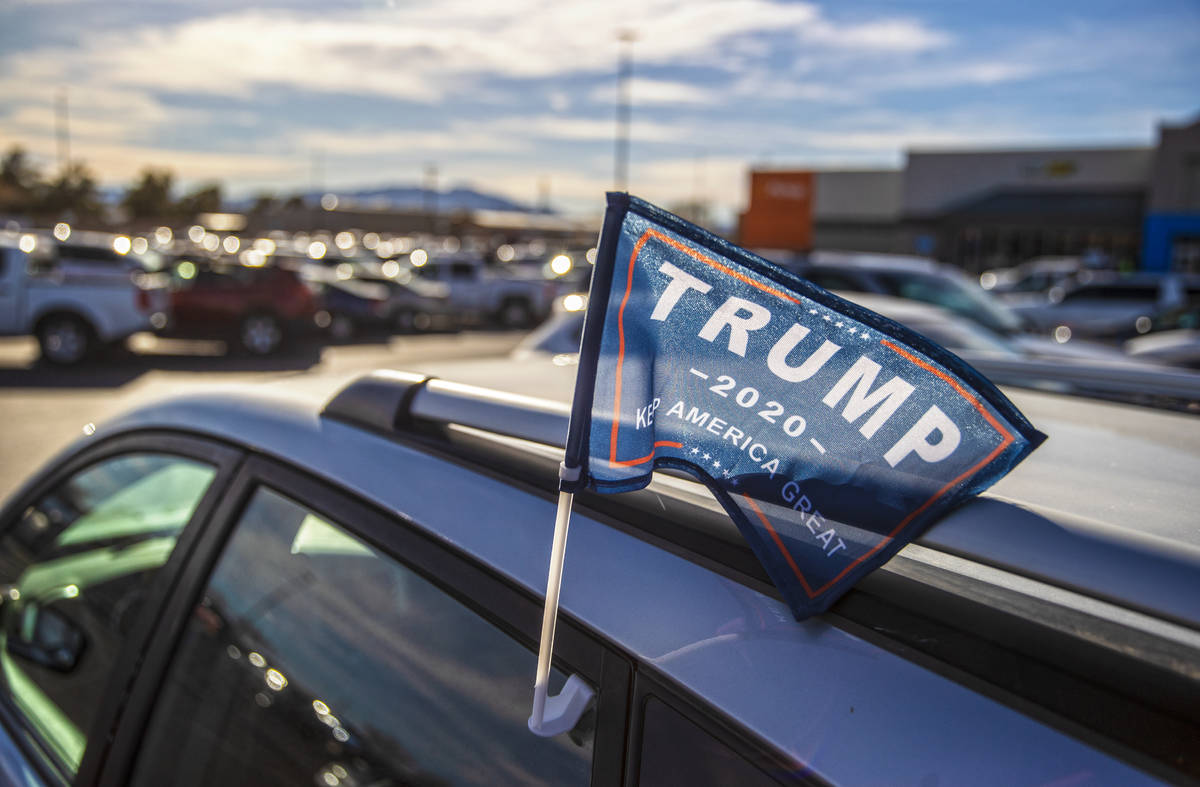 Un partidario del presidente Trump estacionado afuera del Walmart Supercenter el lunes, 11 de e ...