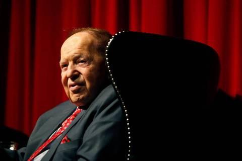 El presidente y director general de Las Vegas Sands Corp., Sheldon Adelson, habla a estudiantes ...