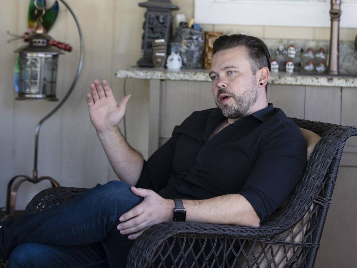 Ethan Bondelid, de 40 años, habla de su padre asesinado, Alan Bondelid, en la casa de su padre ...