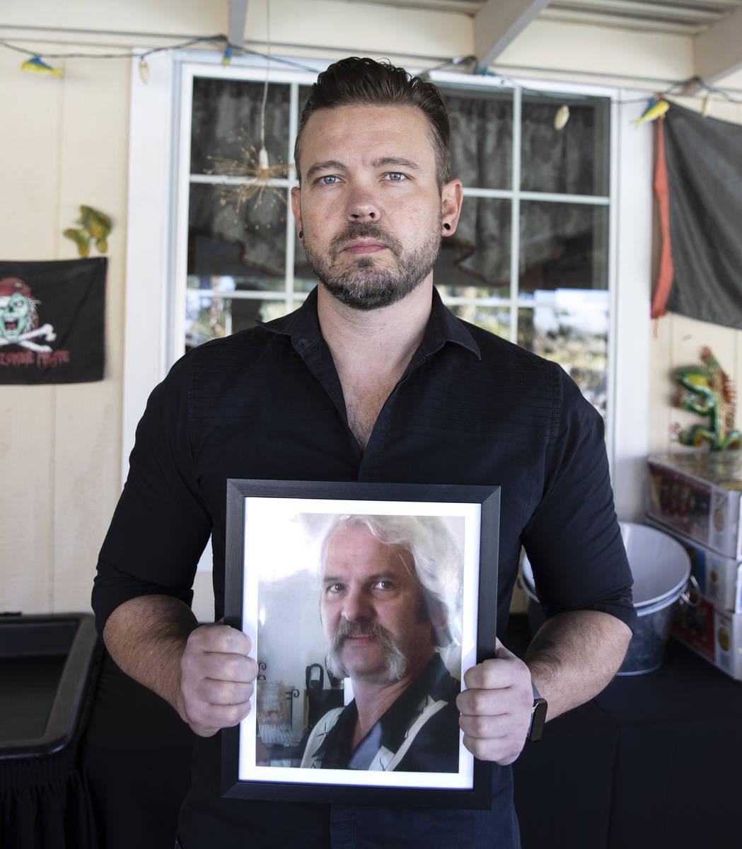Ethan Bondelid, de 40 años, habla de Alan Bondelid, y muestra una foto de su padre en Las Vega ...