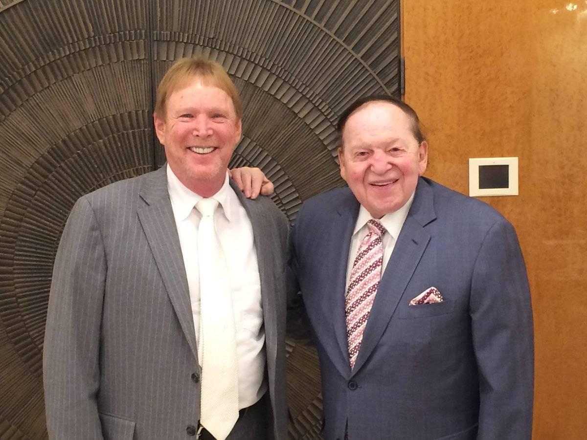 El propietario de los Raiders, Mark Davis, izquierda, y el presidente y director ejecutivo de S ...
