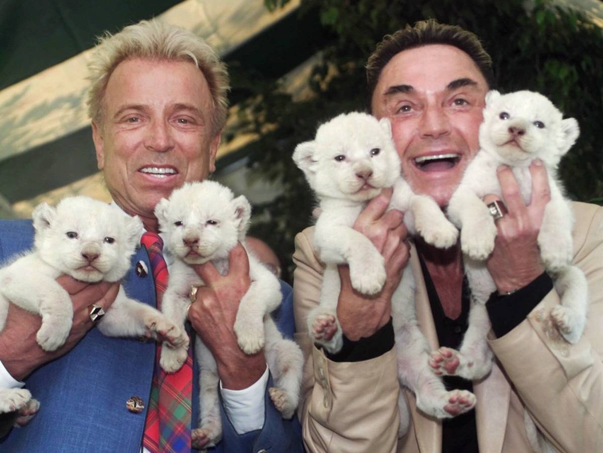 En esta foto de archivo del 26 de abril de 2001, los artistas de Las Vegas, Siegfried & Roy, Si ...