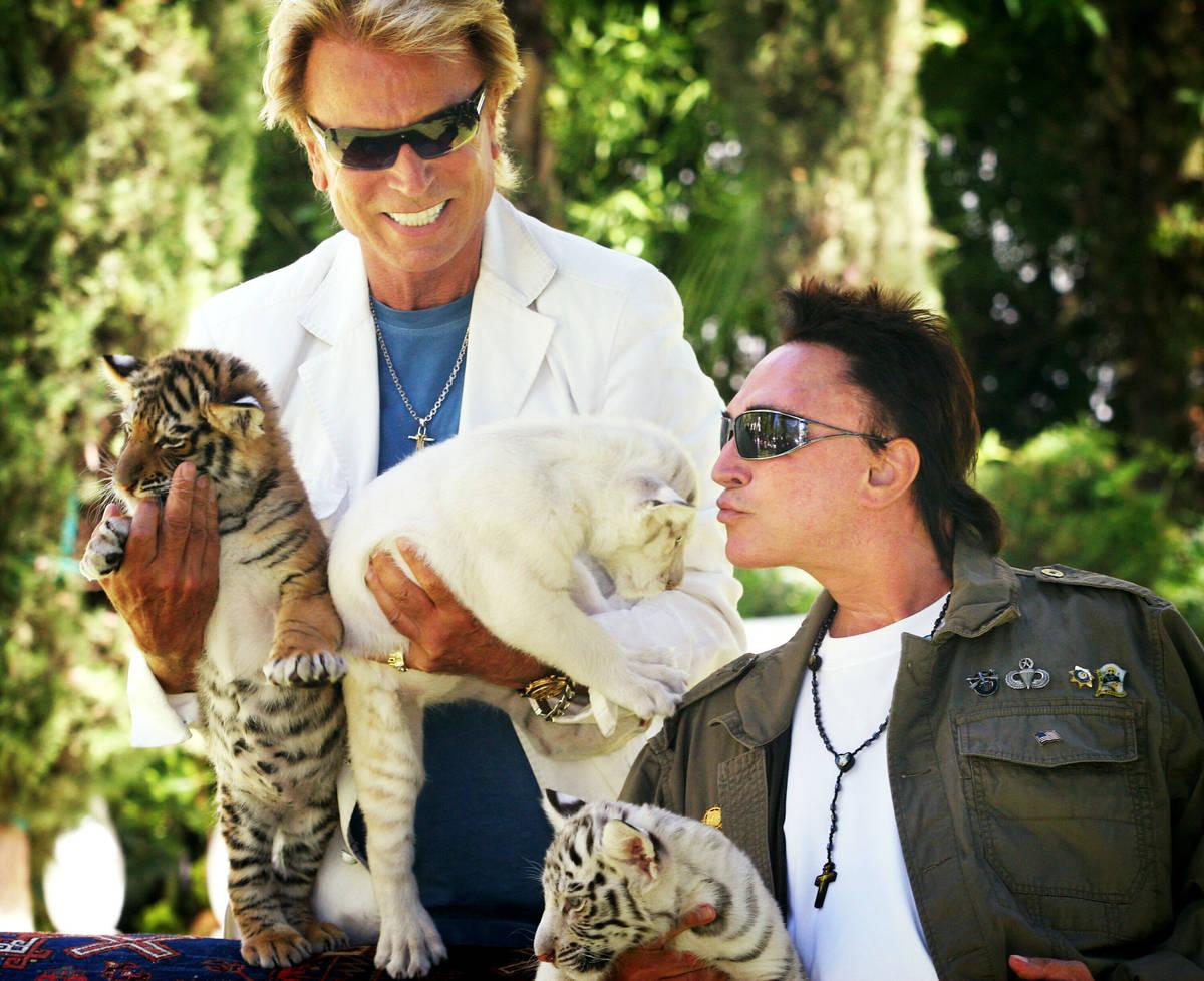 En esta foto de archivo del 12 de junio de 2008, Siegfried Fischbacher, a la izquierda, está d ...