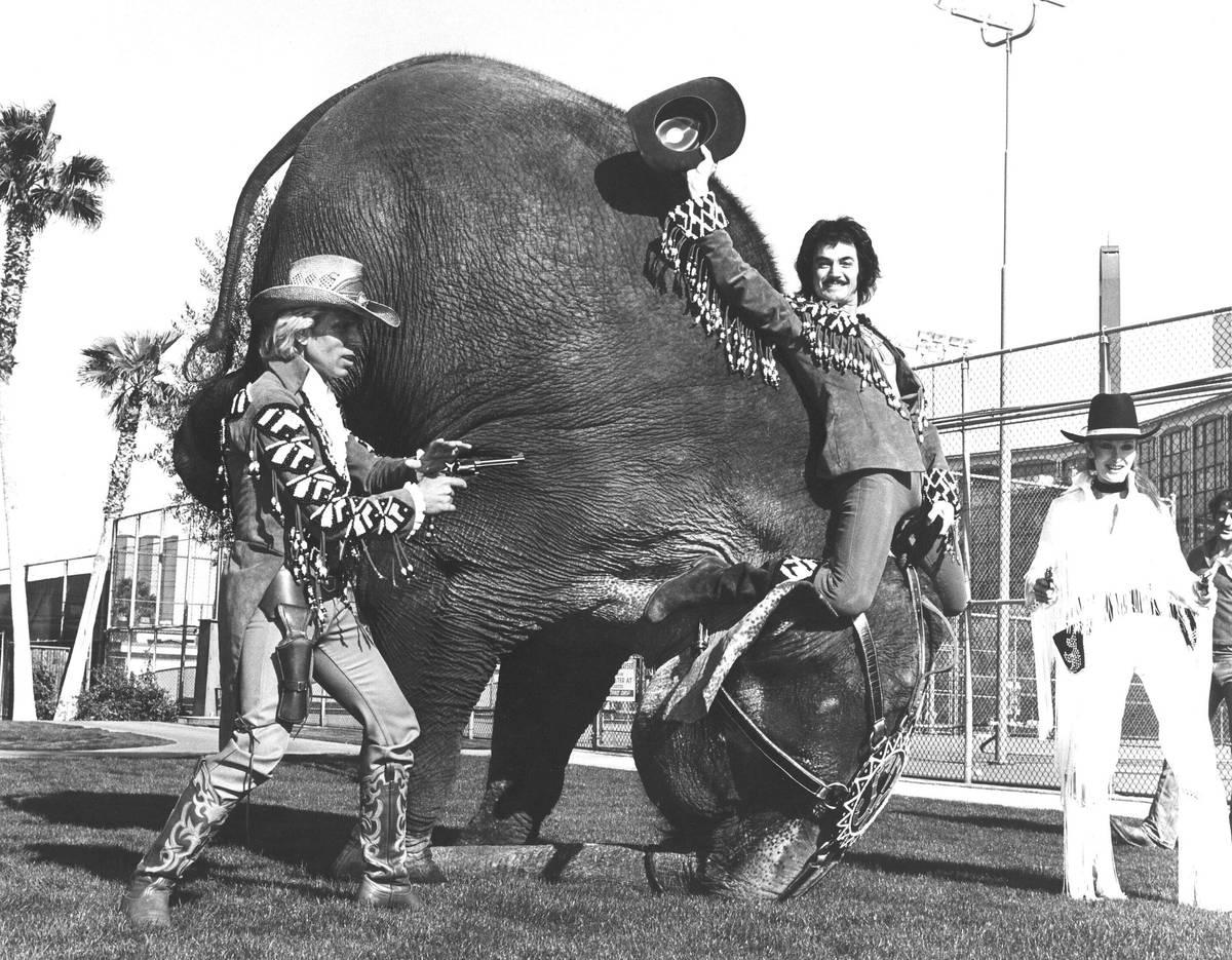 Esta foto de archivo muestra a Siegfried Fischbacher y Roy Horn en Frontier. (Las Vegas Review- ...