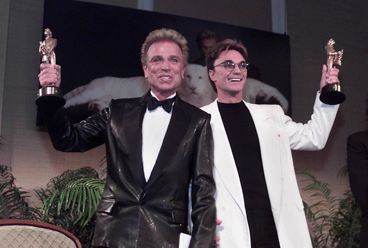 Las leyendas de Las Vegas, Siegfried, izquierda, y Roy, muestran sus estatuillas de Merlín des ...