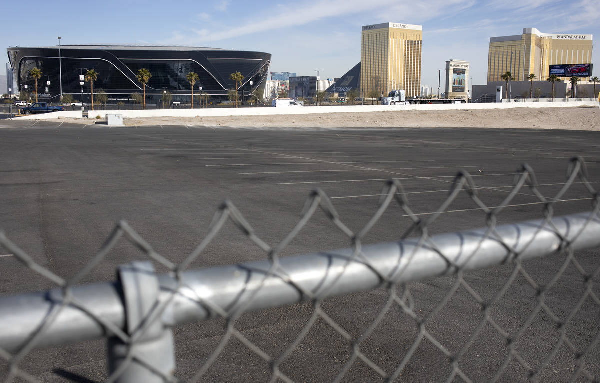 El Estadio Allegiant y el Strip de Las Vegas se ven desde el estacionamiento en la esquina de R ...