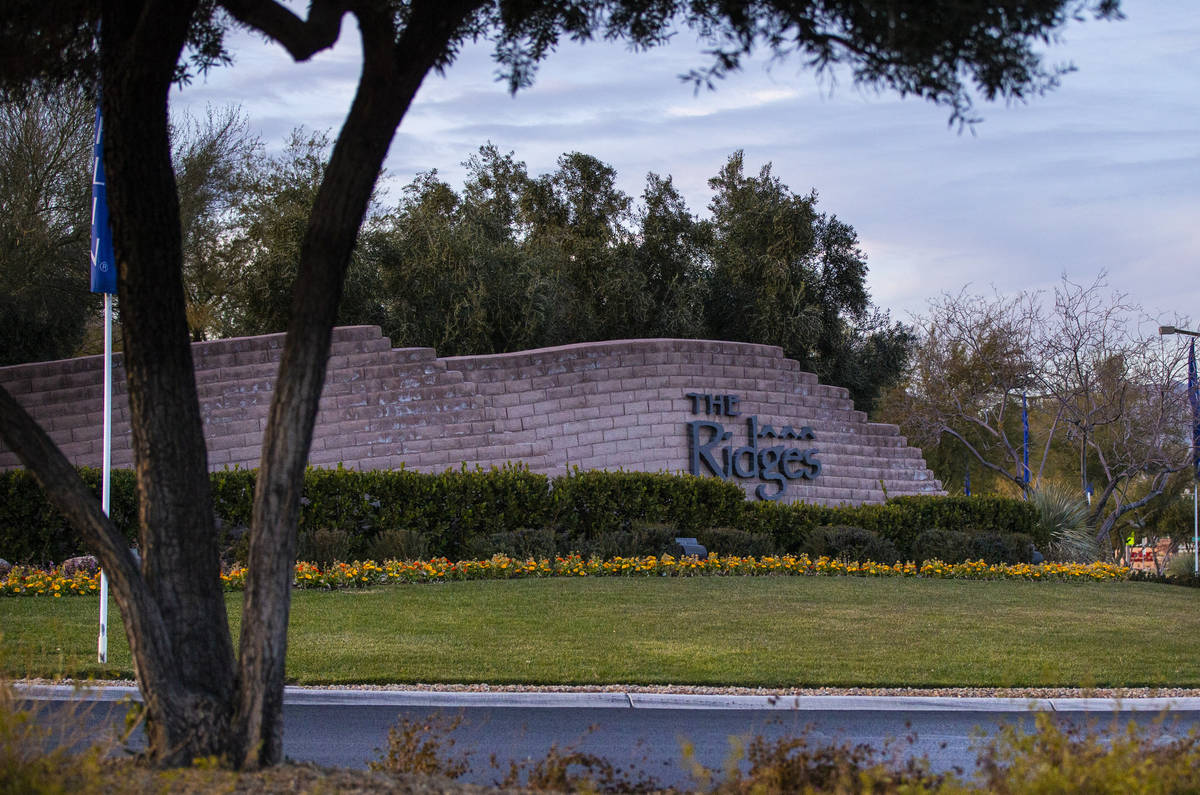 Un letrero de The Ridges, una comunidad de lujo en Summerlin, Las Vegas el sábado, 2 de enero ...