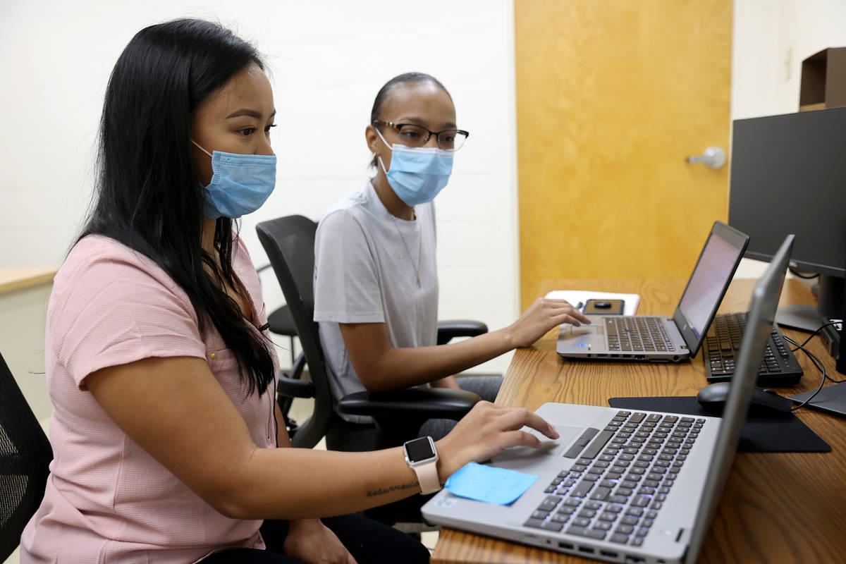 April Cruda, izquierda, entrena a su compañera de la UNLV, Alliyah Jackson, en el programa de ...