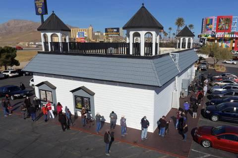 Cientos se forman afuera de la tienda de lotería Prime Valley mientras la gente espera para co ...