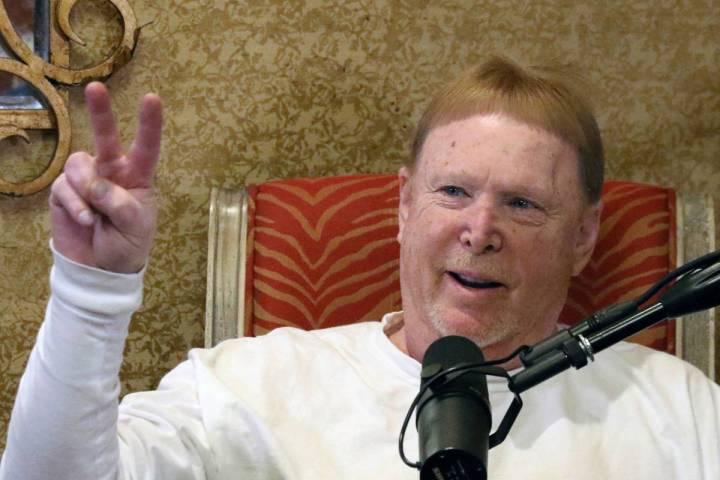 En esta foto de archivo, el propietario de Los Vegas Raiders, Mark Davis, habla durante su podc ...
