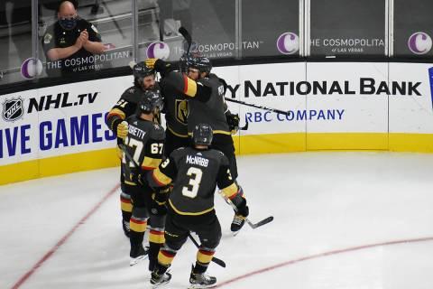 Jugadores de Vegas Golden Knights celebran una anotación ante Anaheim Ducks en el primer juego ...