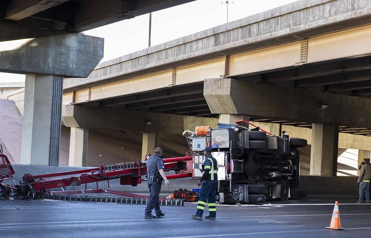 Un semi-remolque se volcó en el centro de Las Vegas cerca de la Interestatal 15 el viernes por ...