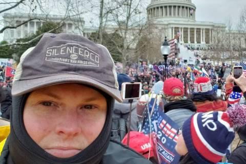 El oficial de policía de Las Vegas, Christopher Cooney, aparece en la foto entre una multitud ...