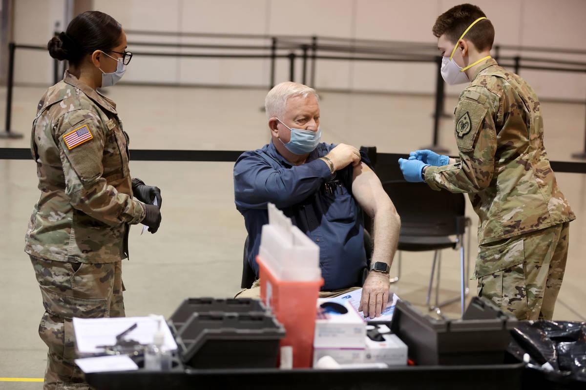 Dennis West, de la Nevada Task Force One Urban Search and Rescue, recibe la vacuna contra COVID ...