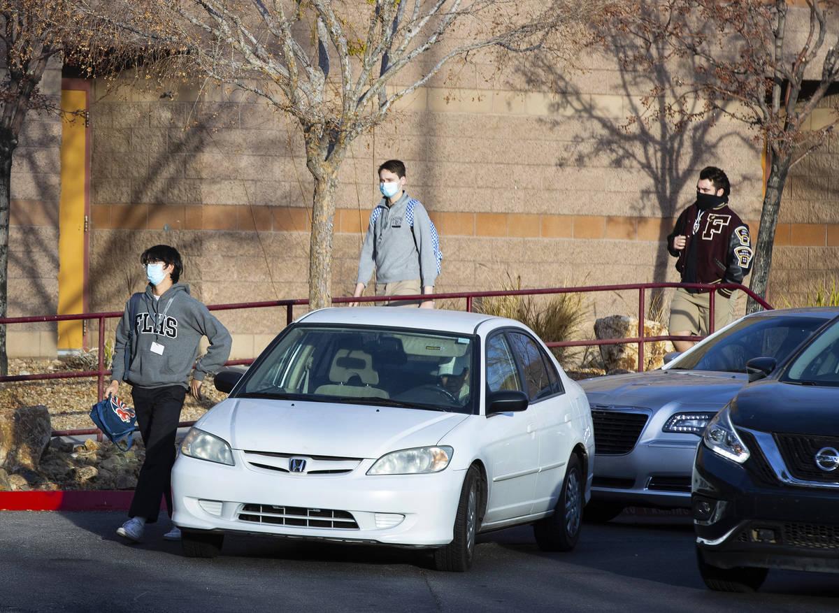 Estudiantes de Faith Lutheran Middle School and High School son vistos después de ser dejados ...
