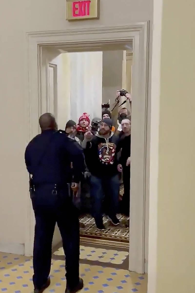 En esta imagen del video y proporcionada por HuffPost, el oficial de policía del Capitolio, Eu ...