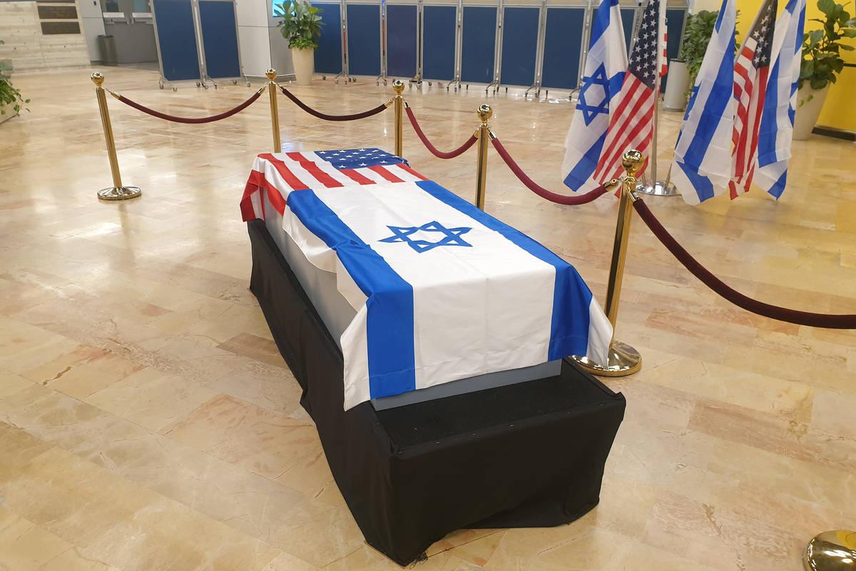 El ataúd de Sheldon Adelson yace en reposo en el Aeropuerto Internacional Ben Gurion de Tel Av ...