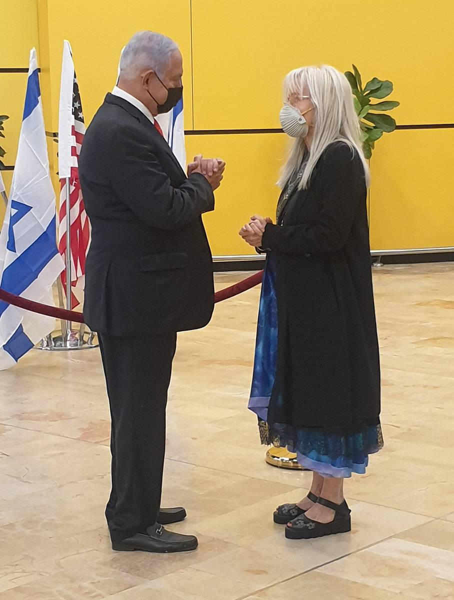 El primer ministro israelí, Benjamin Netanyahu, izquierda, ofrece sus condolencias a la doctor ...
