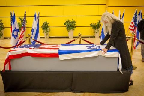 La doctora Miriam Adelson presenta sus respetos a su difunto esposo Sheldon Adelson el jueves, ...