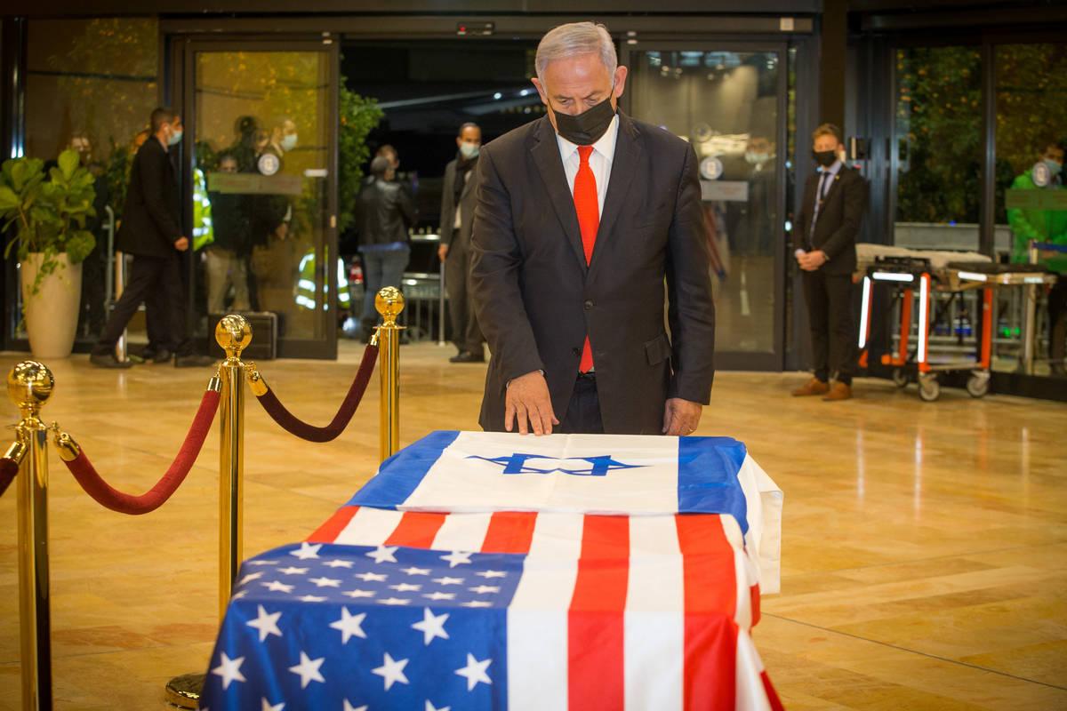 El primer ministro israelí, Benjamin Netanyahu, presenta sus respetos a Sheldon Adelson el jue ...