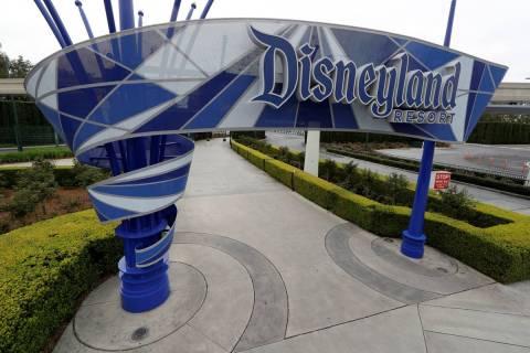 Disneyland Resort en marzo de 2020 debido al cierre del coronavirus en Anaheim, California. (AP ...