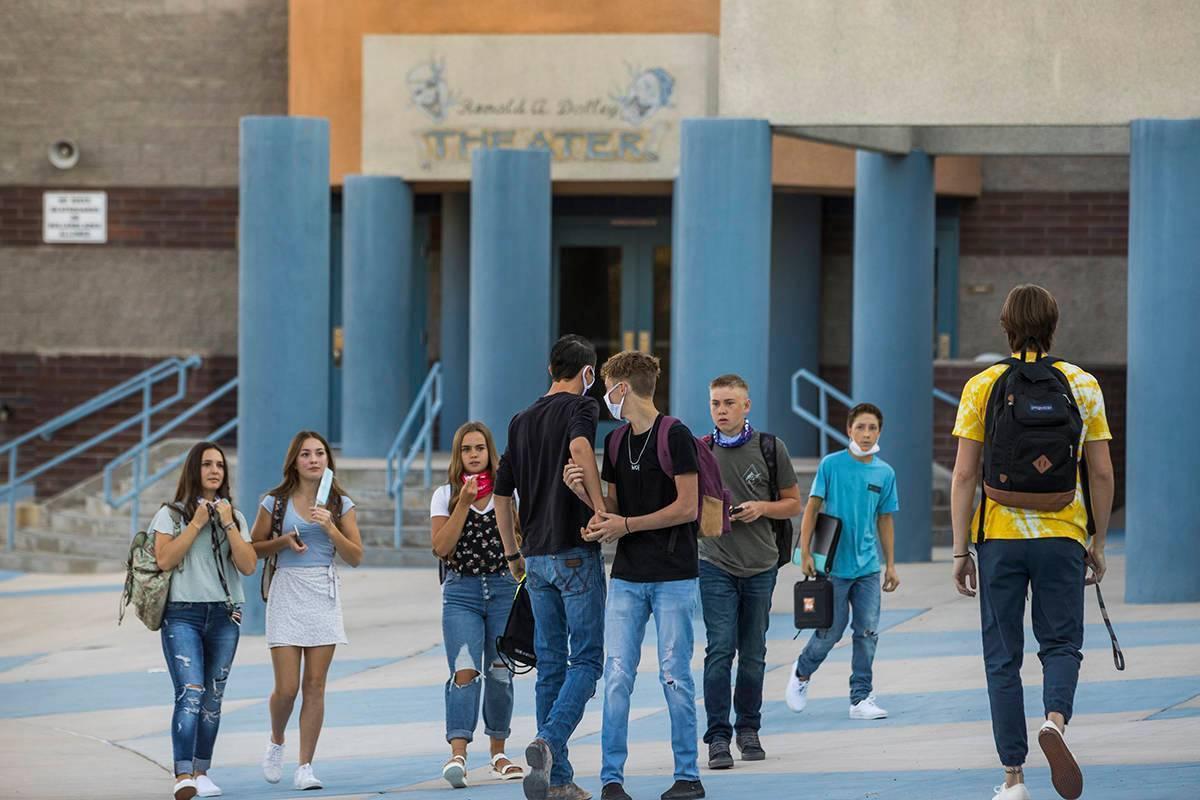 En esta foto de archivo, estudiantes y adultos se reúnen afuera de Moapa Valley High School an ...