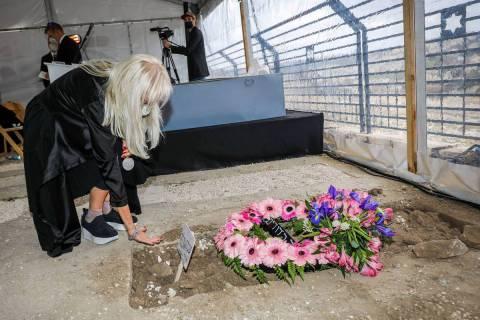 La Dra. Miriam Adelson está de luto junto a la tumba de su difunto esposo, Sheldon Adelson, en ...