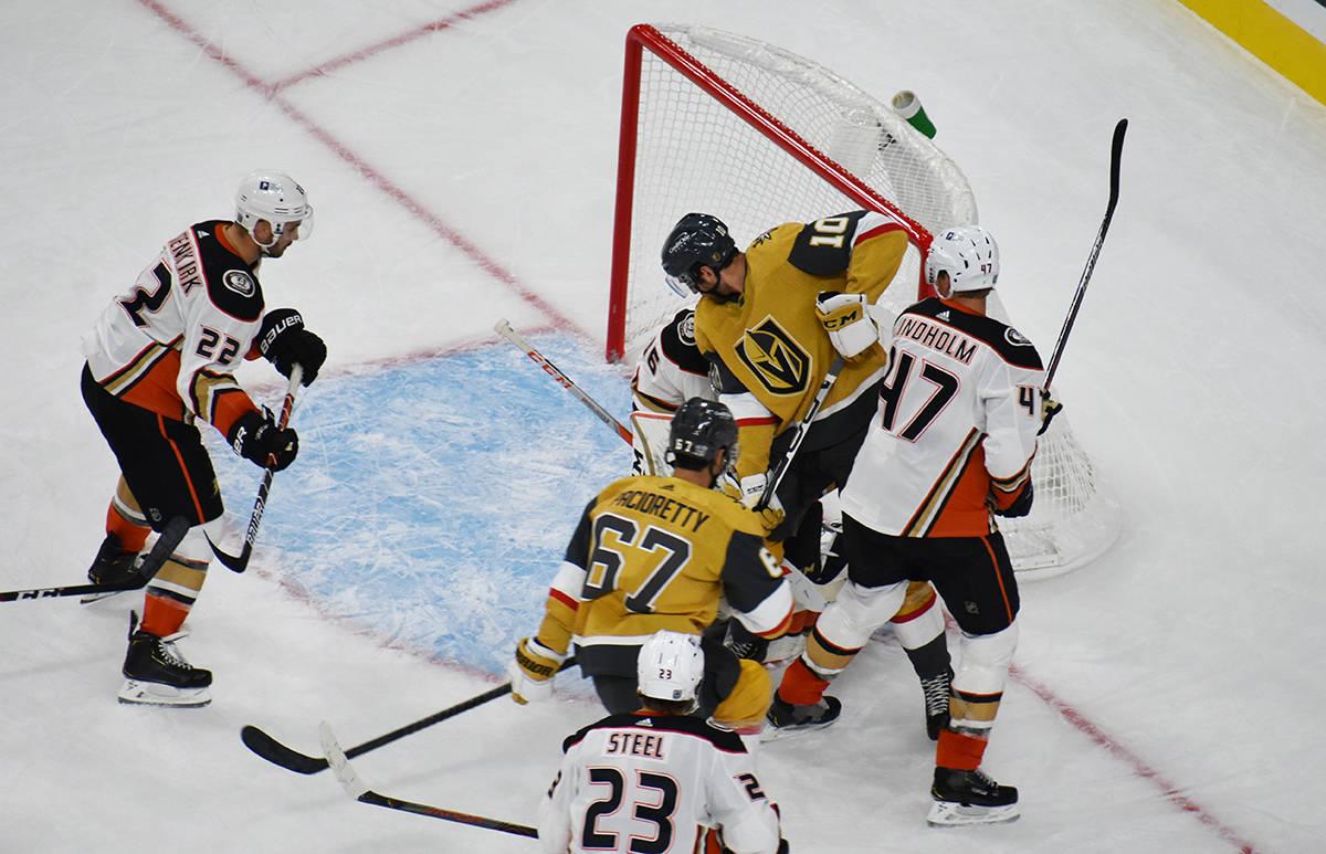 Jugadores de Vegas Golden Knights intentan anotar el gol del empate ante Anaheim Ducks, durante ...