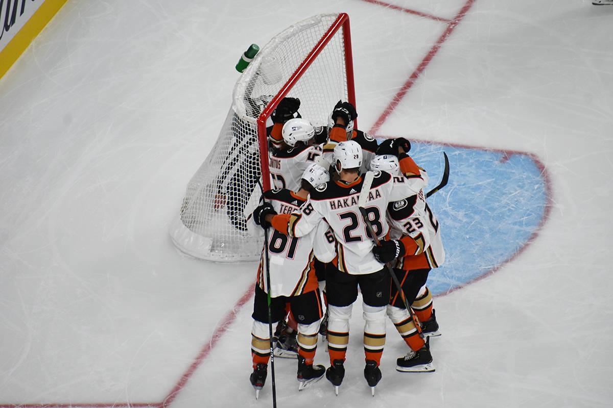 Jugadores de Anaheim Ducks celebran el gol con el que tomaban ventaja parcial sobre los Golden ...