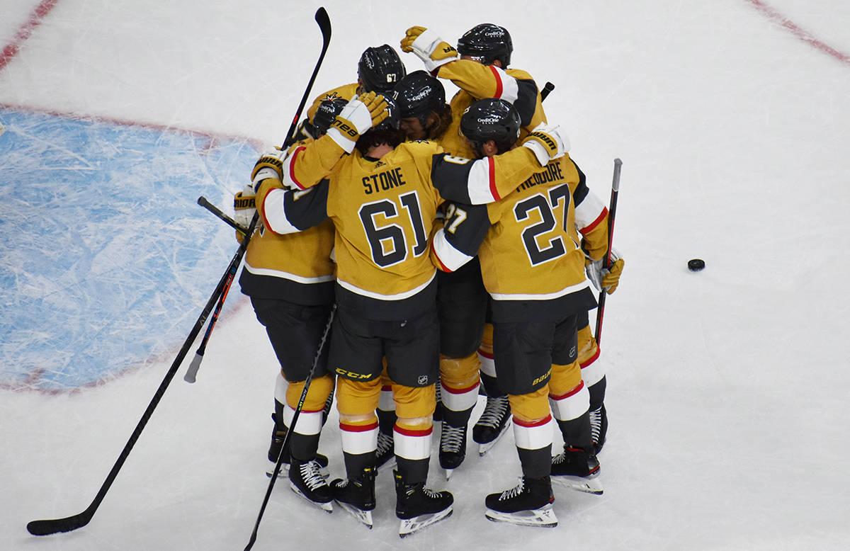 Jugadores de Vegas Golden Knights celebran el gol del empate ante Anaheim Ducks, durante el jue ...