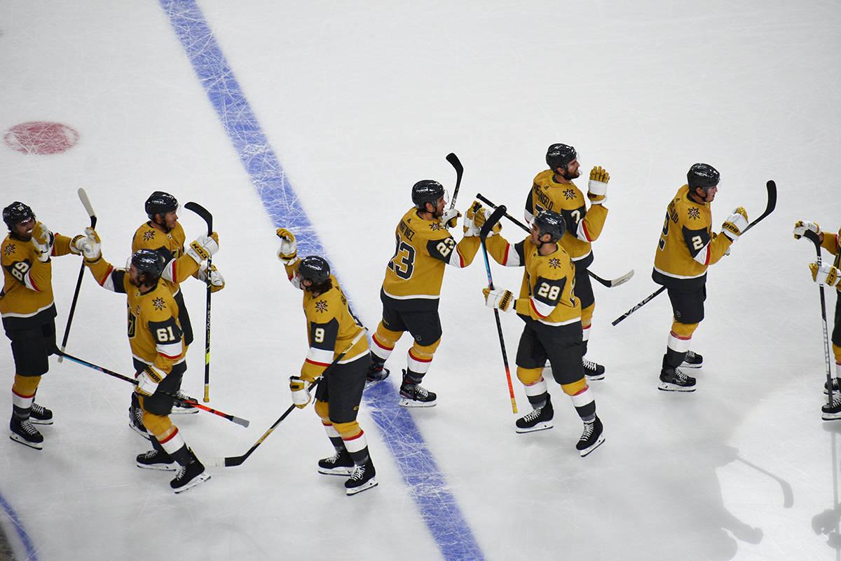 Jugadores de Vegas Golden Knights celebran el triunfo en tiempo extra por 2-1 sobre Anaheim Duc ...