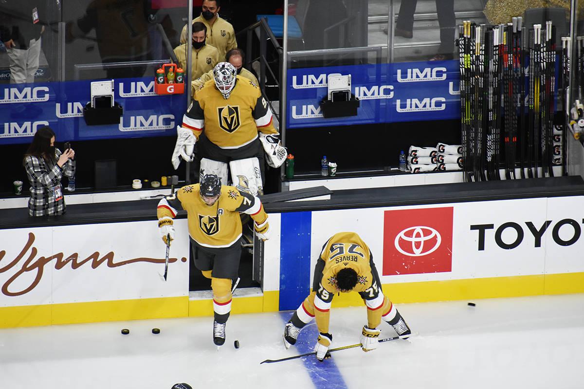 Jugadores de Vegas Golden Knights comienzan los ejercicios de calentamiento previo al juego ant ...