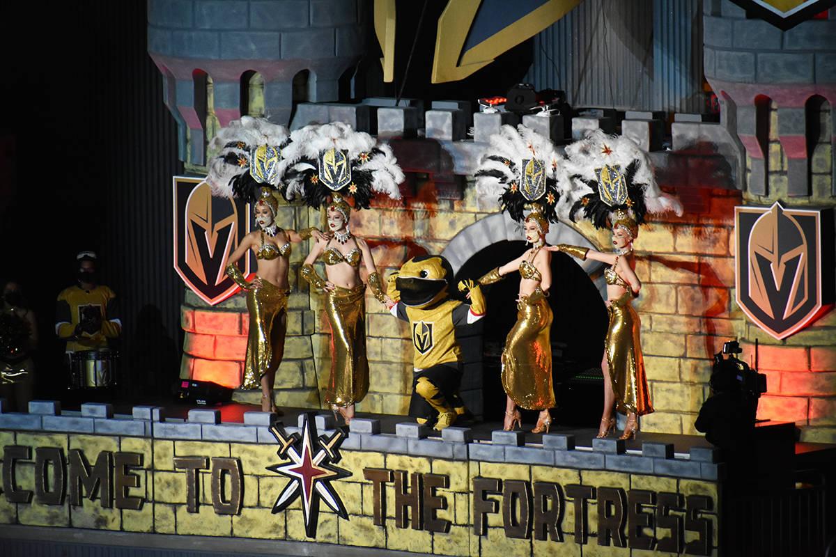 Pese a no haber público en la tribuna, los grupos de animación siguen alentando a los Golden ...