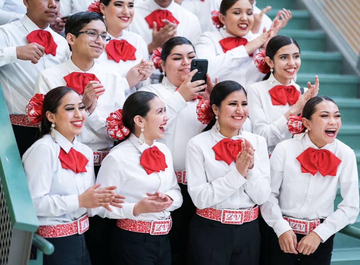 Estudiantes del Mariachi Joya de Las Vegas High School fueron invitados a participar en la toma ...