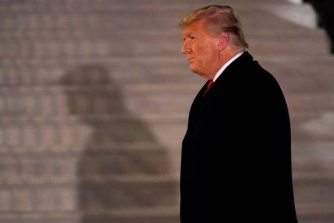 El presidente Donald Trump llega al jardín sur de la Casa Blanca el martes, 12 de enero de 202 ...
