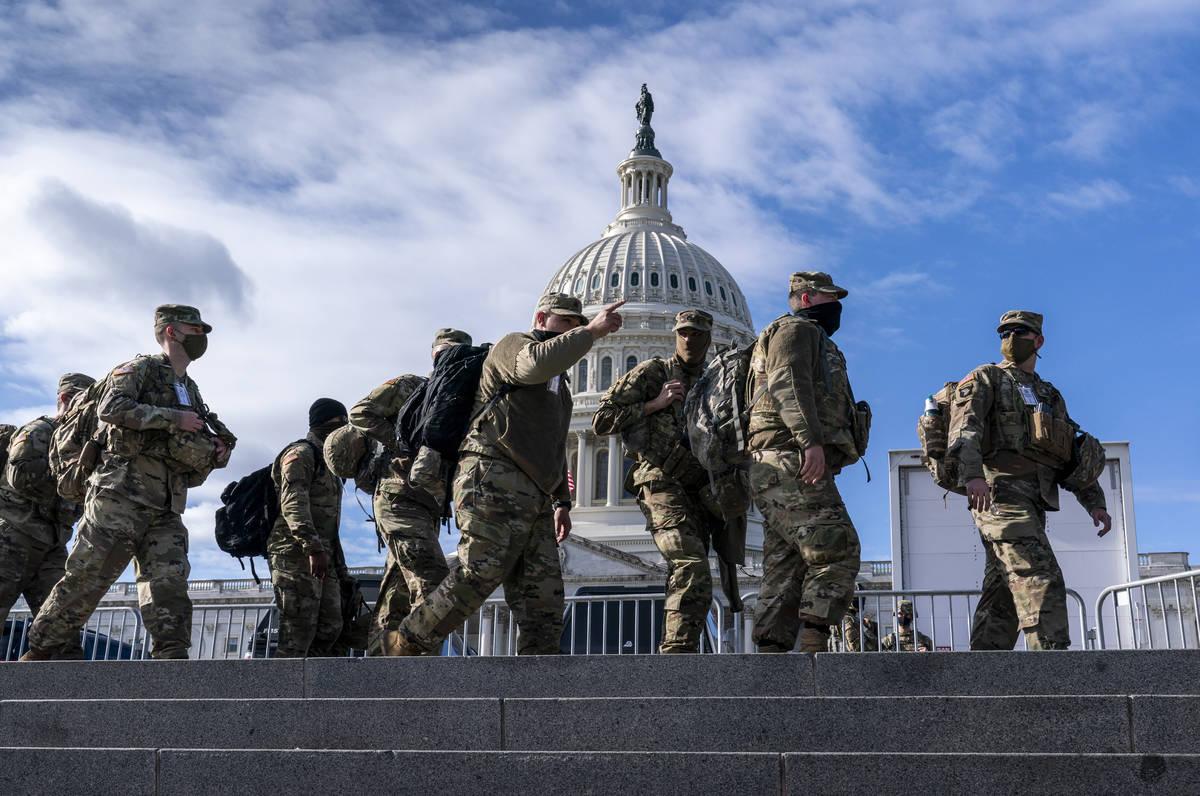 Tropas de la Guardia Nacional refuerzan la seguridad alrededor del Capitolio de Estados Unidos ...