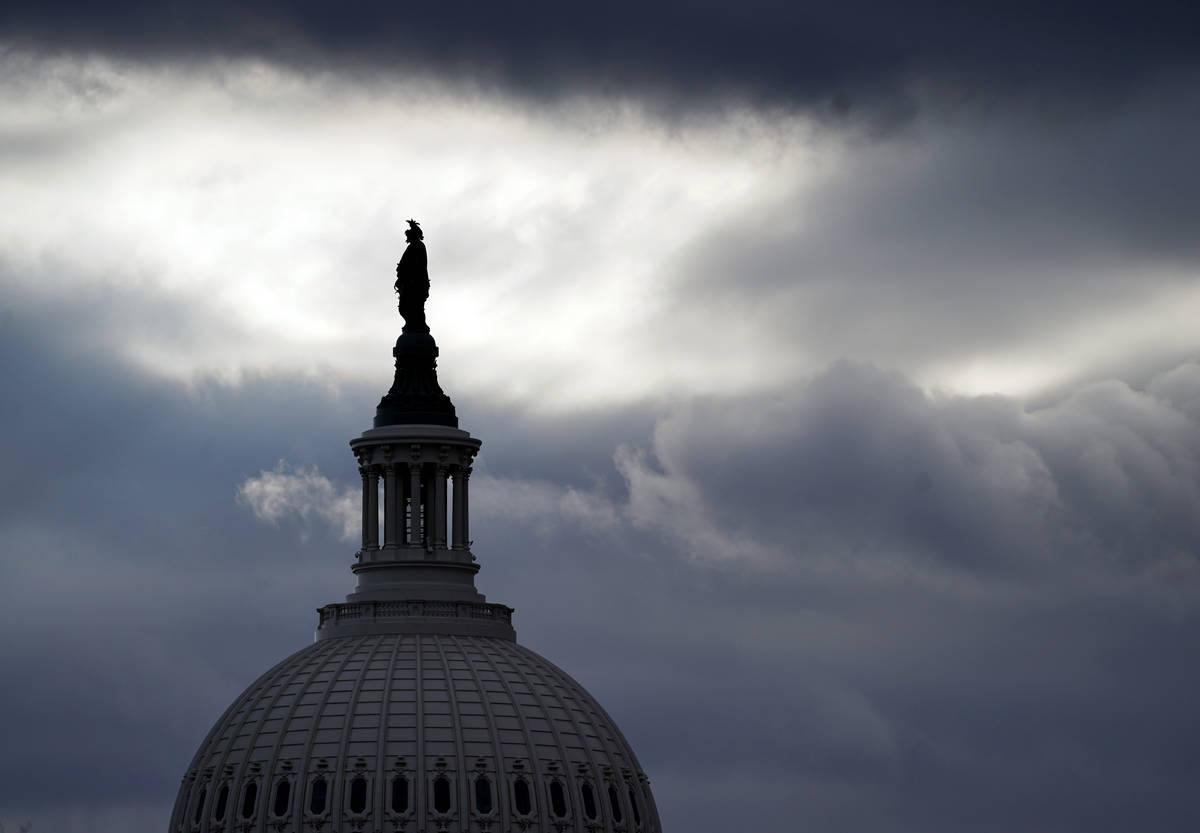 La Estatua de la Libertad de Thomas Crawford, en lo alto de la cúpula del Capitolio de EE.UU., ...
