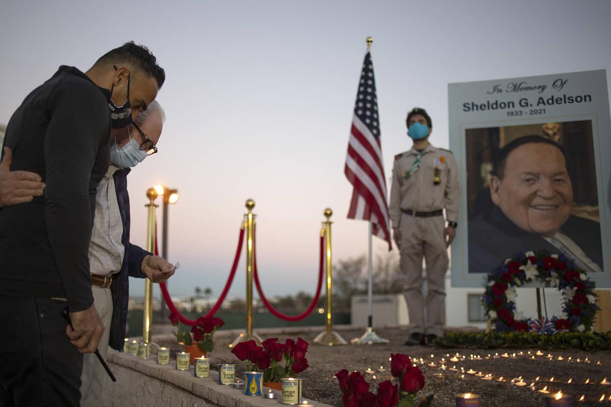 Miembros de la comunidad judía presentan sus respetos a Sheldon Adelson al participar en una i ...