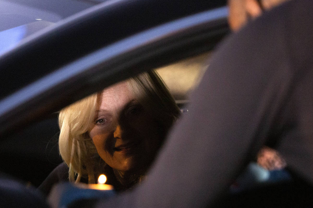 Heidi Sarno Straus ilumina un Ner Neshama en un homenaje a Sheldon Adelson frente a la sede del ...