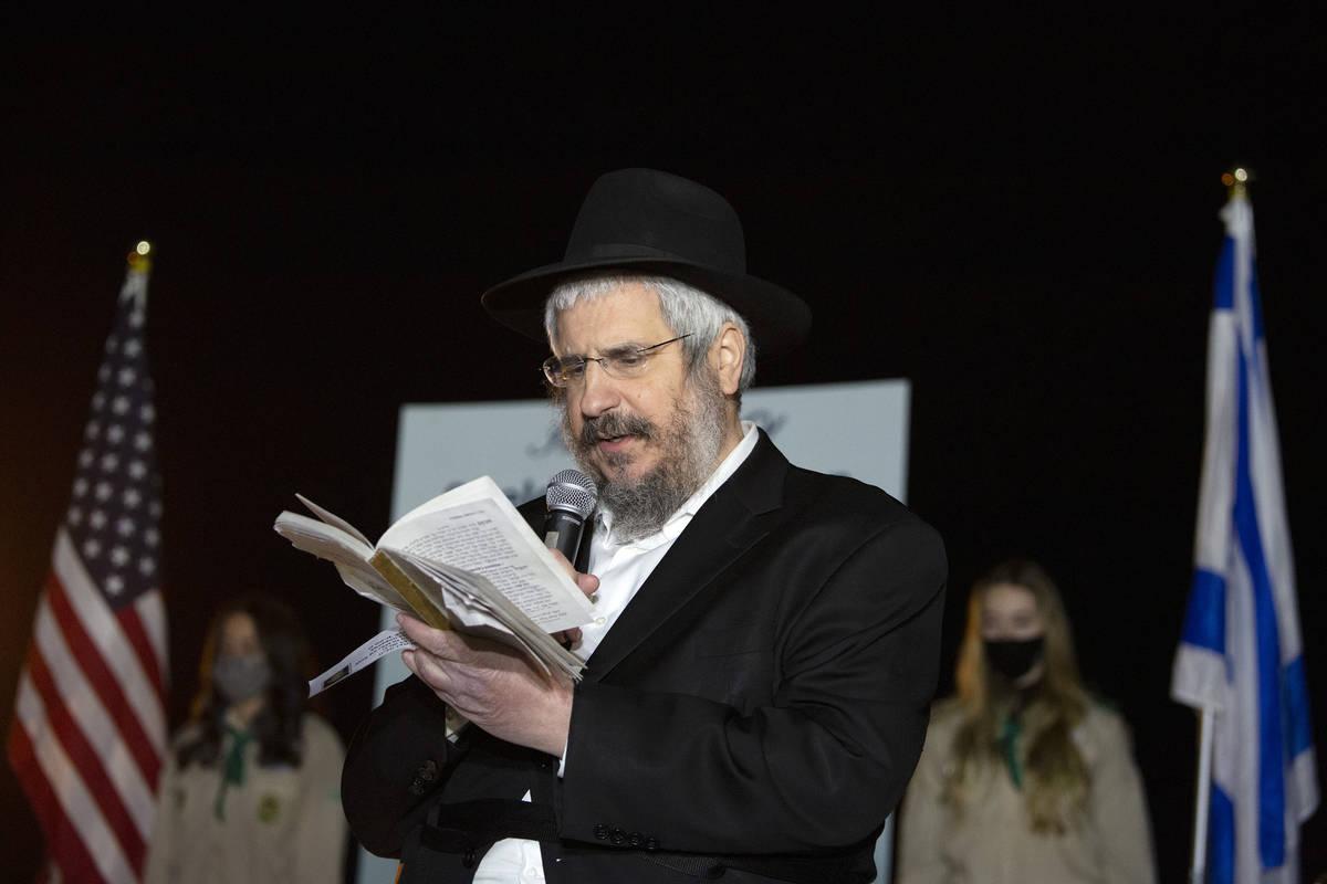 El rabino Shea Harlig de Jabad del sur de Nevada lee Salmos durante un homenaje al difunto Shel ...