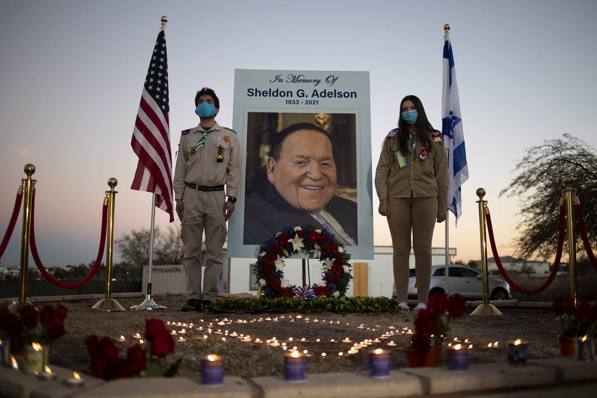 Un monumento en memoria de Sheldon Adelson fue instalado fuera de la sede del Israeli-American ...