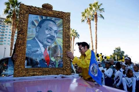 En esta foto de archivo, Jesse Garon se prepara para el 36º Desfile Anual del Dr. Martin Luthe ...