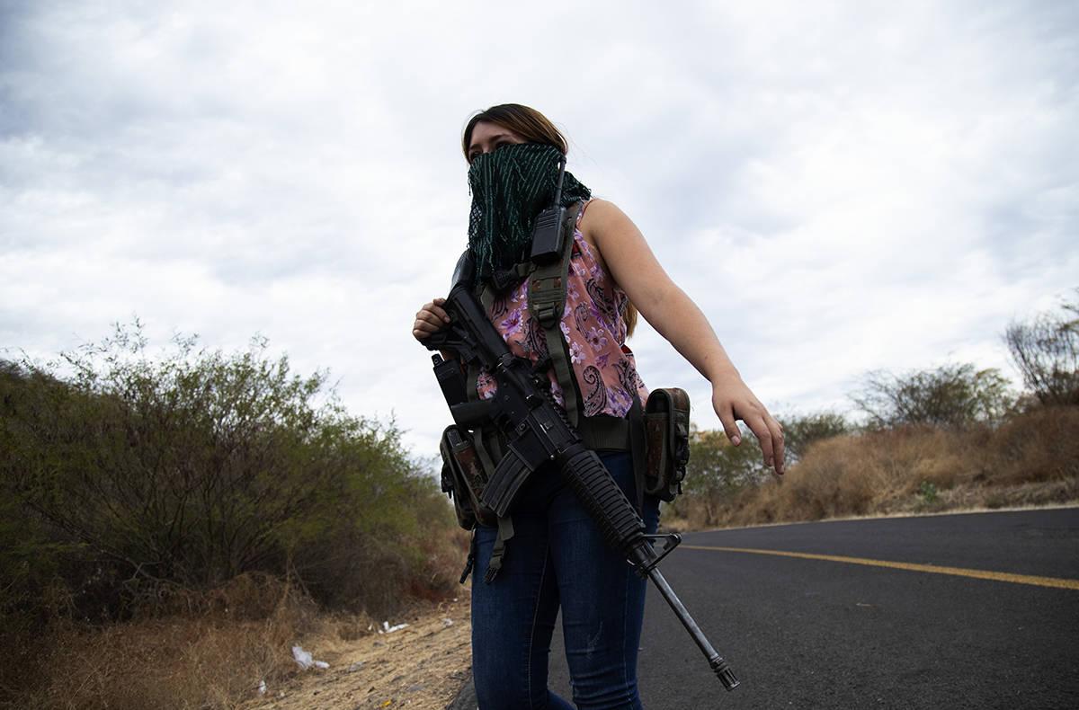 """Una mujer armada que se conoce con el sobrenombre de """"La Guera"""" y que dice ser miembro de un gr ..."""